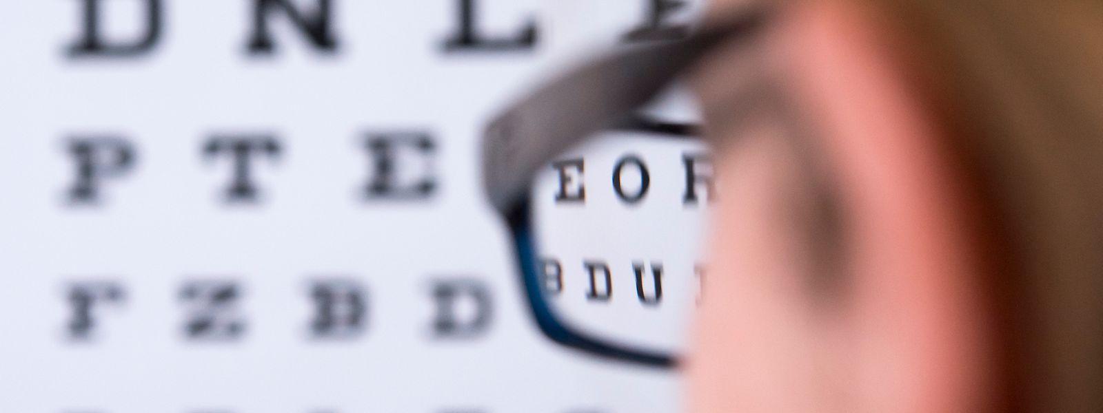 Wer kurzsichtig ist, sieht nur in der Nähe gut. Betroffene sollten immer eine passende Brille oder Kontaktlinsen tragen.