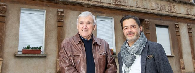 """Raymond Peruzzi (l.) hat während etwa 20 Jahren im """"grousst Haus"""" in der Escher Hiehl gewohnt. Zusammen mit Marco Turci, dessen Eltern im Haus gelebt haben, haben sie rund sechzig Jahre nachdem die Familien ausgezogen sind, deren Nachkommen wieder zusammengetrommelt."""