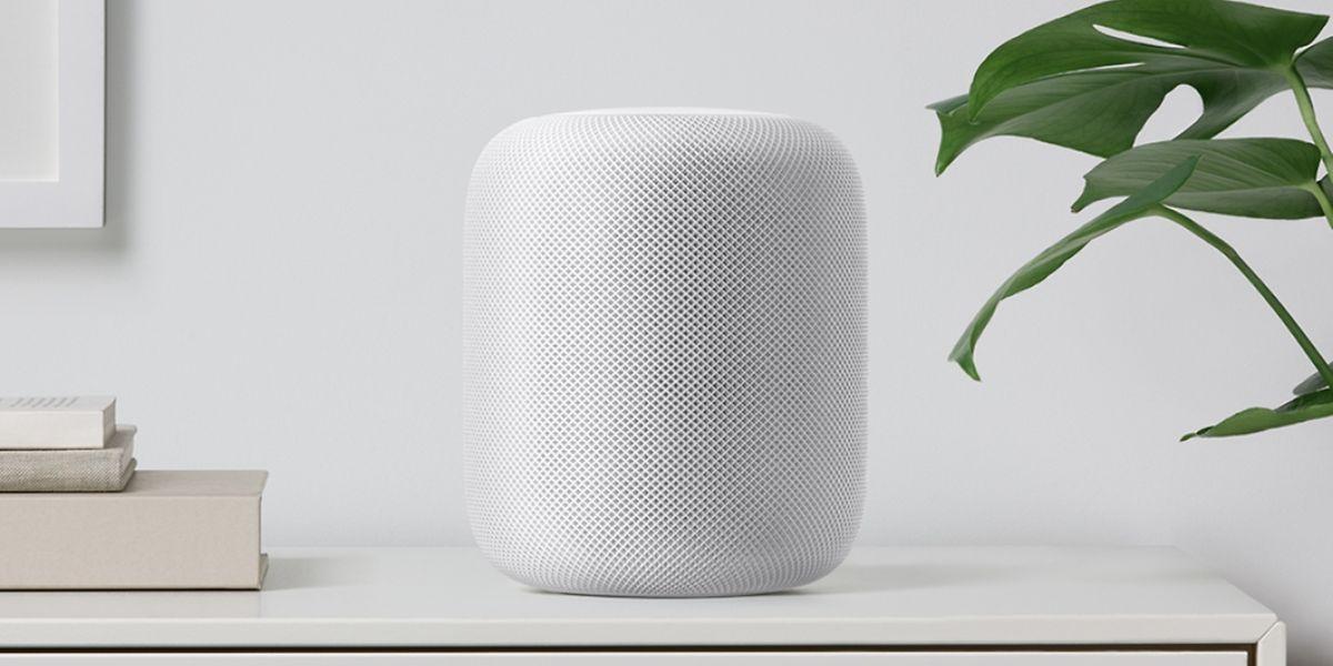 In der weißen Farbvariante verschwindet Apples HomePod beinahe im Raum. Wem das zu unfauffällig ist, kann auch zu Grau greifen.