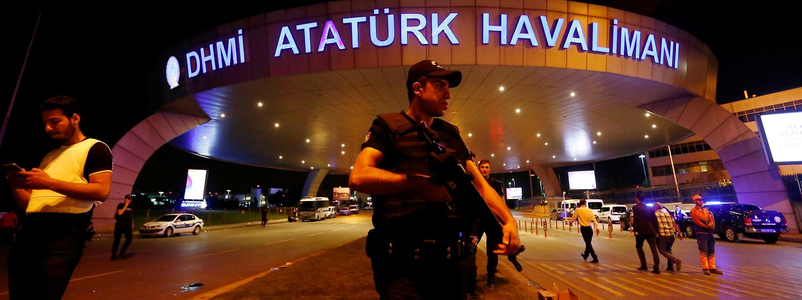 Polizisten sperren Eingang des Atatürk-Flughafens in Istanbul ab.