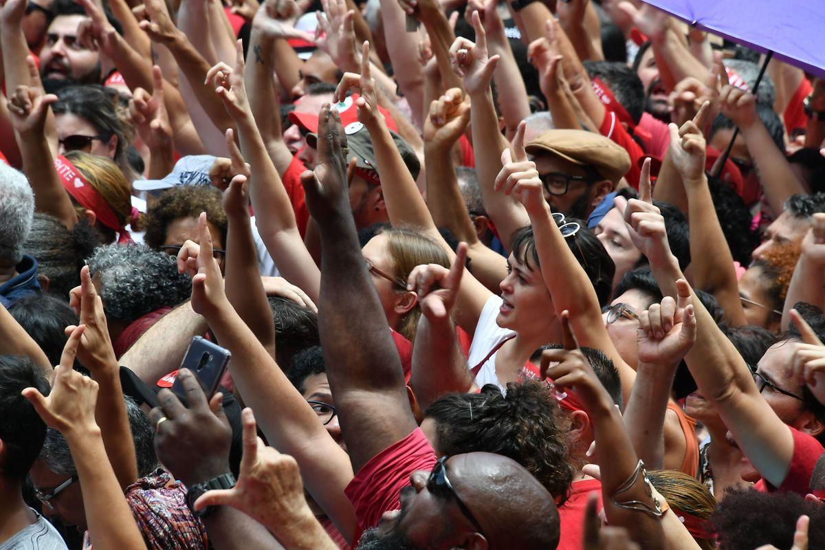 Apoiantes de Lula junto à sede do Sindicato dos Metalúrgicos
