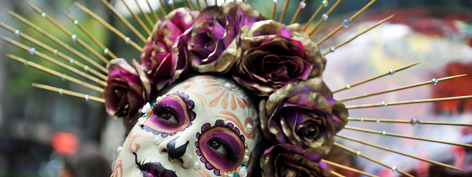"""Mexiko Stadt. Von wegen traurig: """"La Catrina"""", vom Zeichner Jose Guadalupe Posada erfunden, ist eine der Figuren, der Besucher beim traditionellen """"Día de Muertos"""" begegnen können."""