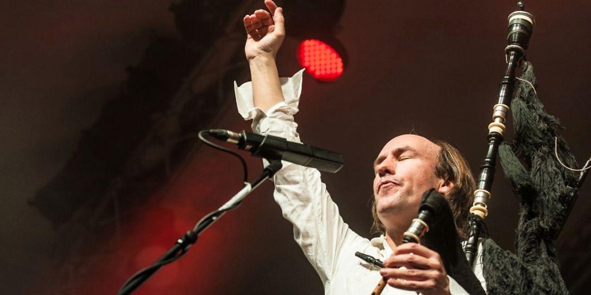"""Carlos Núñez: """"El País"""" nannte ihn """"The New King of the Celts"""". Er selbst sagt bescheiden über sich: """"Ich spiele keltische Musik mit Leidenschaft""""."""