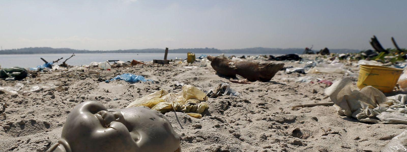 Der Strand von Fundao an der Bucht von Guanabara entpuppt sich als Müllhalde. In diesen Gewässern sollen Sportler aus aller Welt in einem Jahr um die Wette schwimmen und rudern.