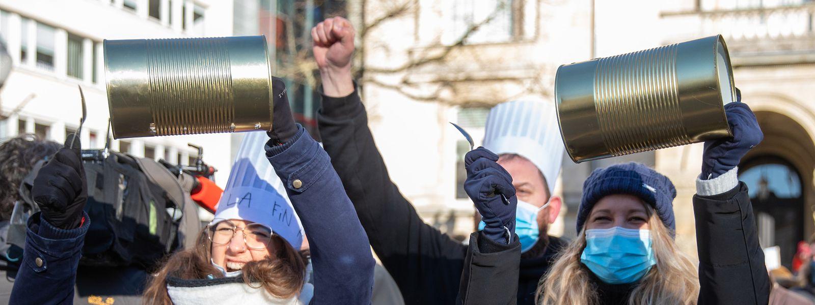 C'est avec des boîtes de conserve et des cuillères que certains manifestants expriment leur ras-le-bol sous les fenêtres du Cercle Cité.