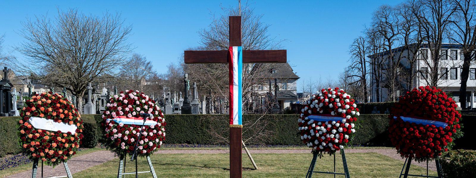 Am Hinzerter Kreuz auf dem Liebfrauenfriedhof in Limpertsberg wurden Blumenkränze niedergelegt.