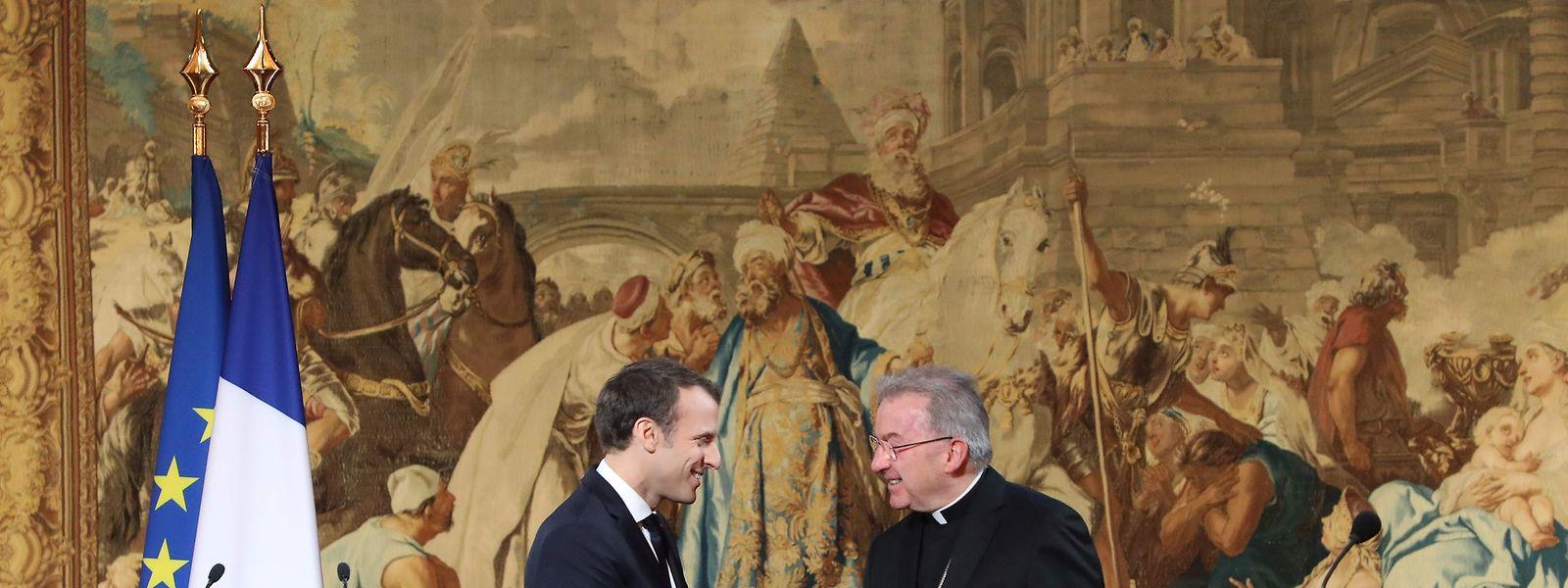 O cardeal Luigi Ventura a cumprimentar o Presidente francês, Emmanuel Macron.