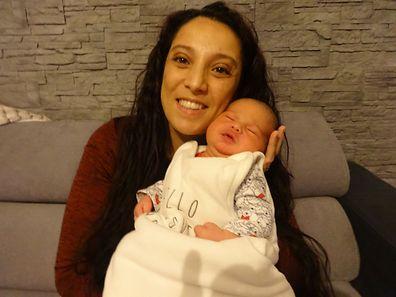 Malgré cette naissance rocambolesque, la jeune maman, Assoulimani Dufang, est aux anges.Le petit Ismail est en pleine forme.