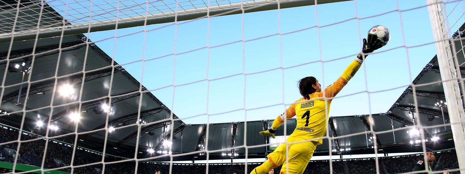 Yann Sommer kann das Gegentor von Wolfsburgs Xaver Schlager nicht verhindern.