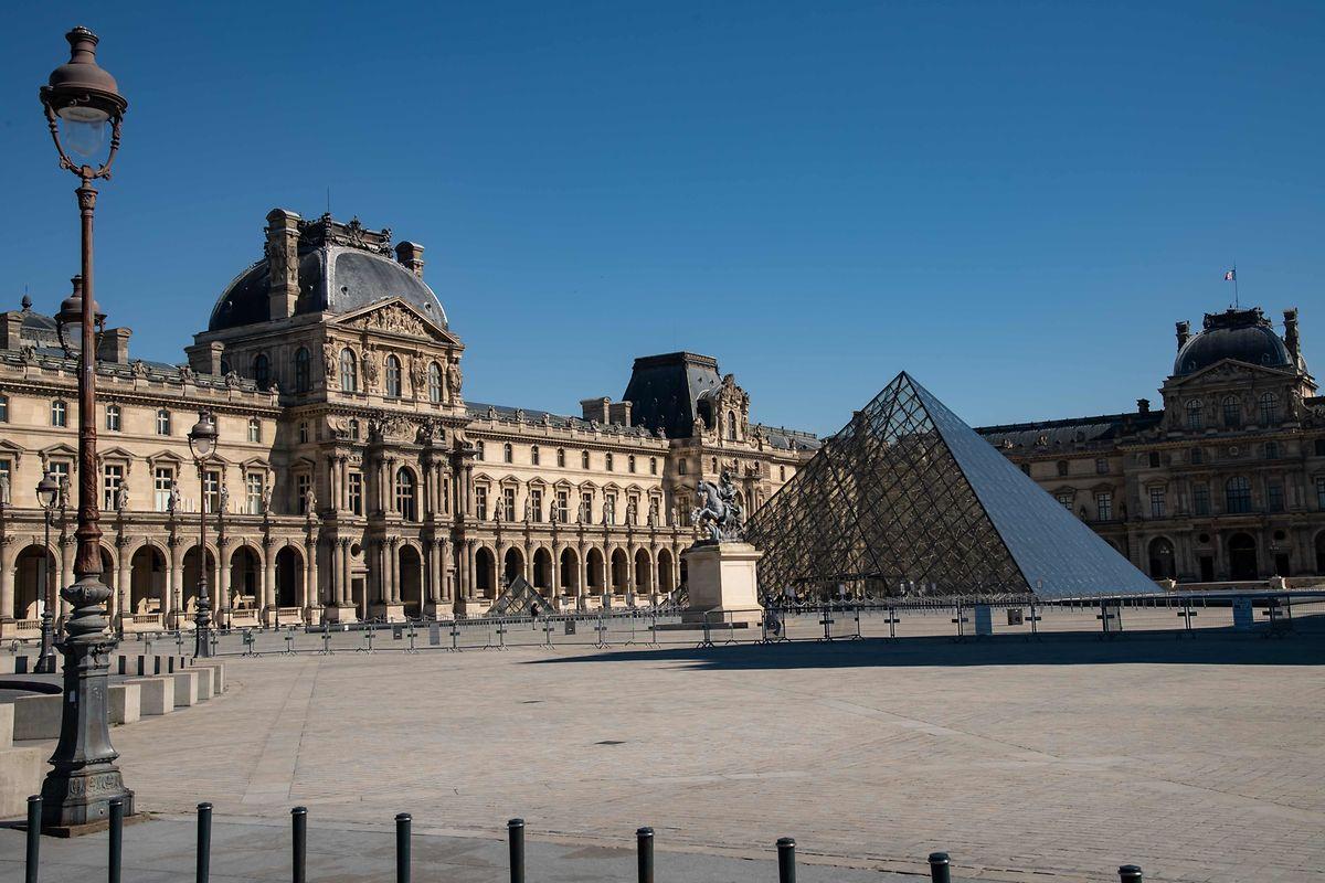 Pas de visiteurs pour la pyramide du Louvre, à Paris.