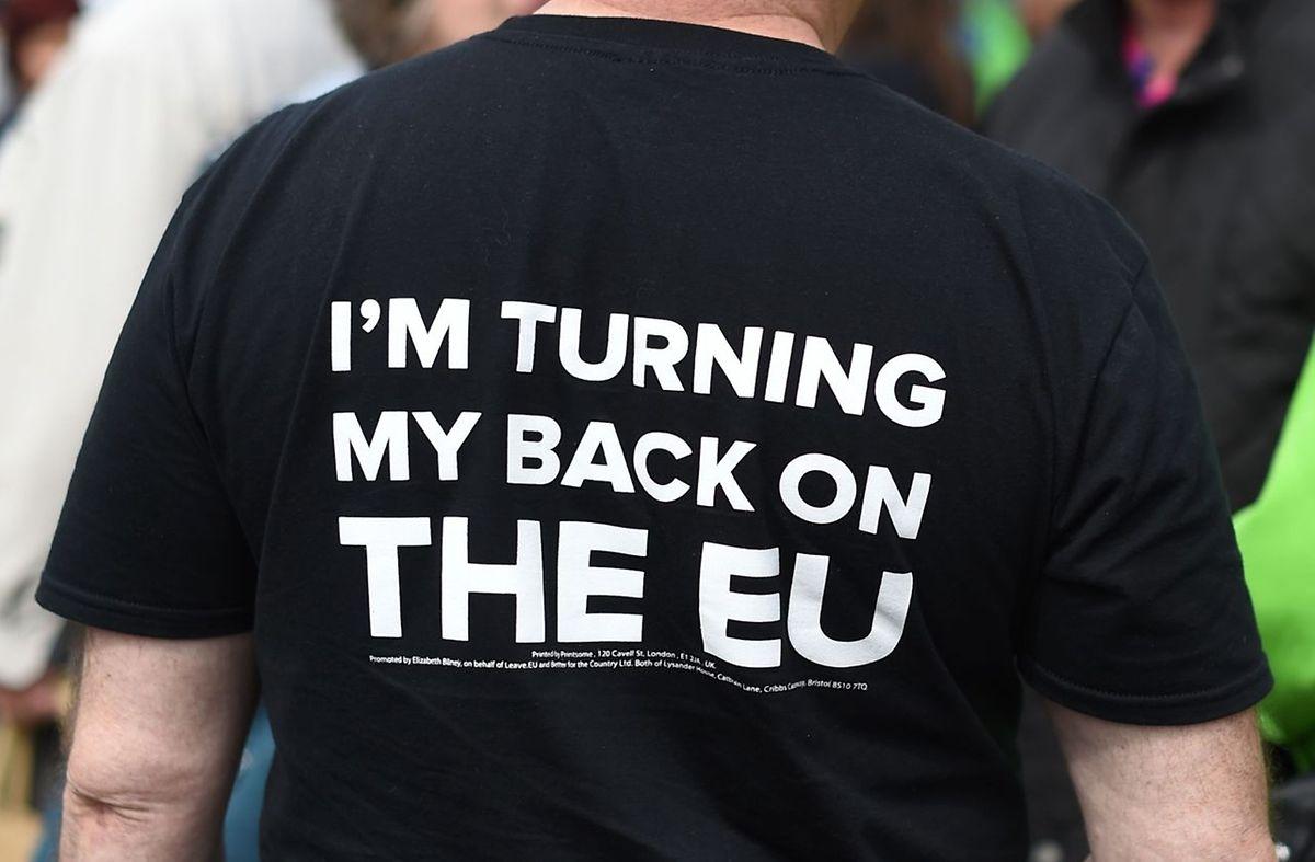 Dieser britische Bürger zeigt eine klare Haltung gegenüber der EU.