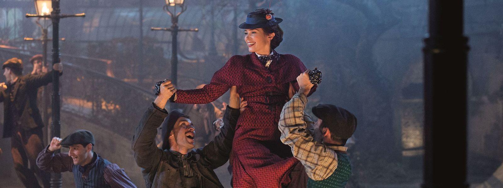Disneys neue Mary Poppins, Emily Blunt, erobert die Herzen der Londoner Laternenanzünder und Zuschauer im Sturm.