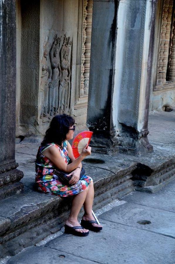 Des couleurs vives sur le gris du cloître d'Angkor Vat