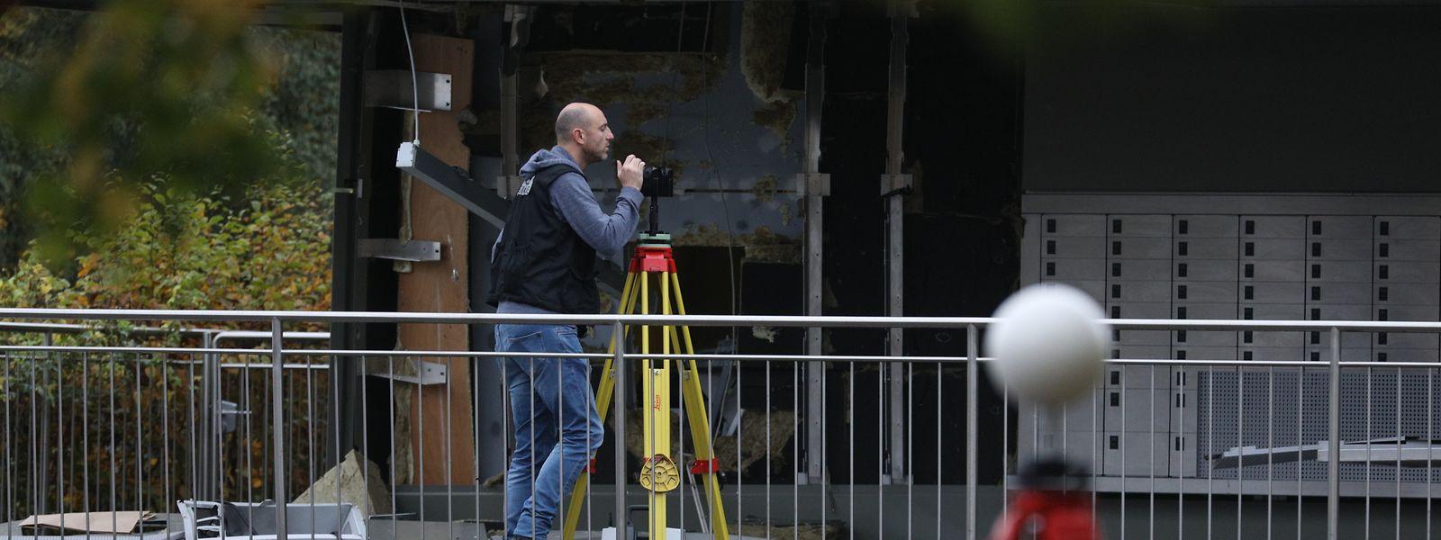 In der Nacht zum 17. Oktober sprengten Täter einen Automaten aus der Wand. Die Kriminalpolizei sicherte am Tag danach die Spuren.