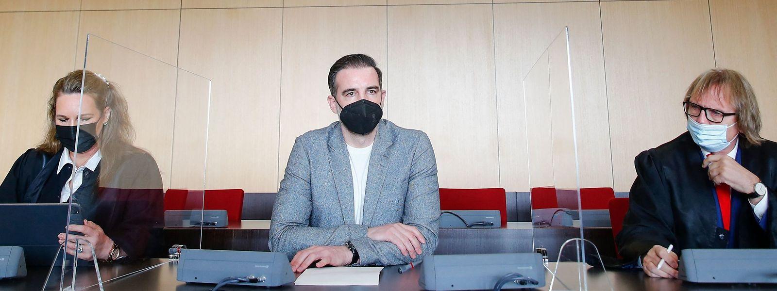 Der frühere Fußballprofi Christoph Metzelder (M) neben seinen Anwälten Julia Donnepp (L) und Ulrich Sommer.