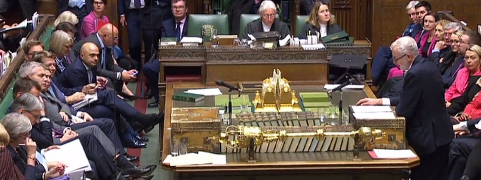 Jeremy Corbyn encara a primeira-minstra Theresa May no parlamento britânico.