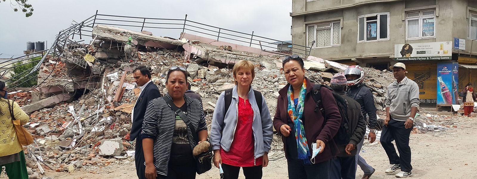 La mission d'Isabelle Dusquesne (au centre) a été complètement chamboulée au lendemain de son arrivée au Népal. En pleine réunion de travail avec ses partenaires de l'ONG Pourakhi, la coordinatrice de Caritas Luxembourg a dû quitter précipitamment la maison qui bougeait.