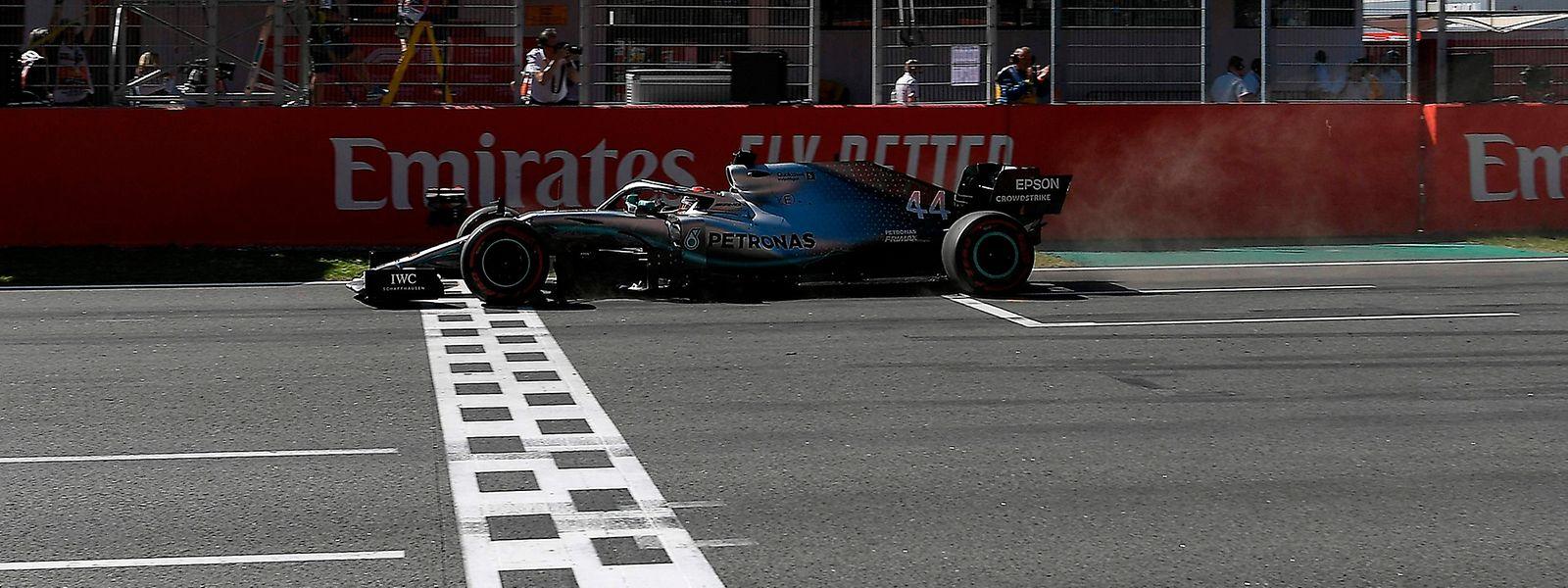 Mercedes-Pilot Lewis Hamilton fährt in Barcelona als Erster über die Ziellinie.