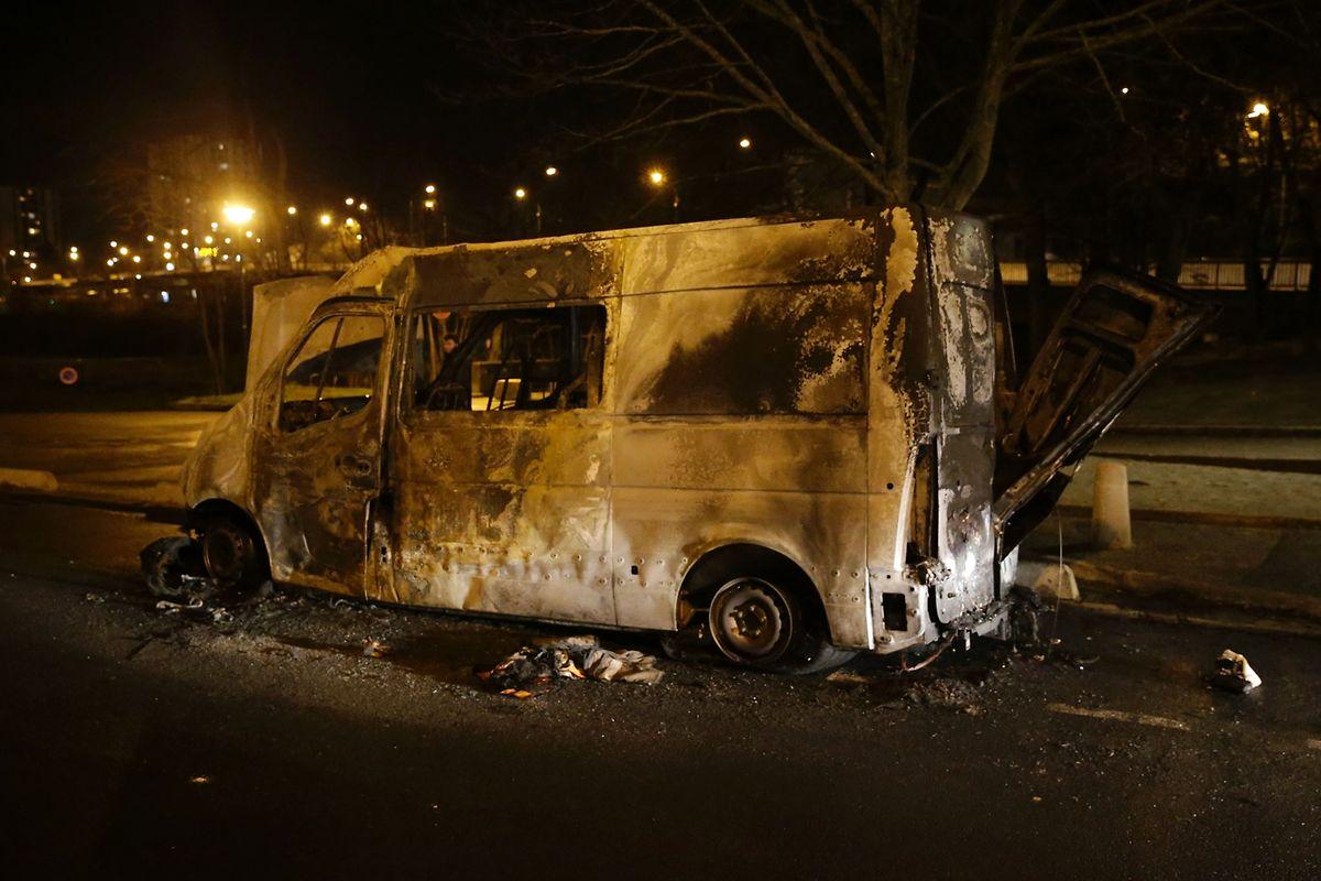 Un mal récurrent en France: une fois de plus la banlieue brûle.