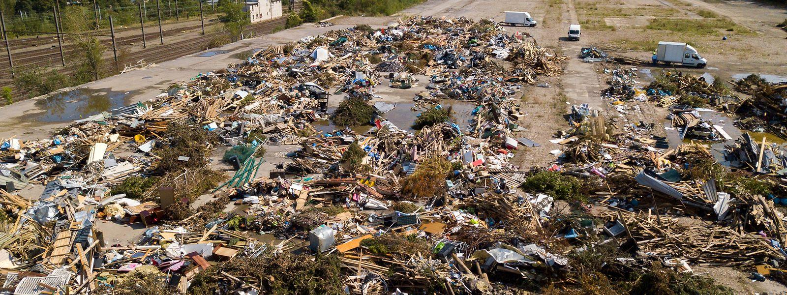 Les déchets de la tornade sont regroupés pour le moment sur le site d'Ecosider, futur écoquartier qui prendra place sur les vestiges de l'ancien site industriel.