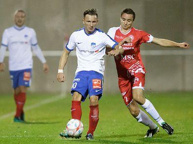 Mefail Kadrija protège son ballon devant Ingo Evert. Etzella a attendu Wiltz puis l'a contré à sa convenance.