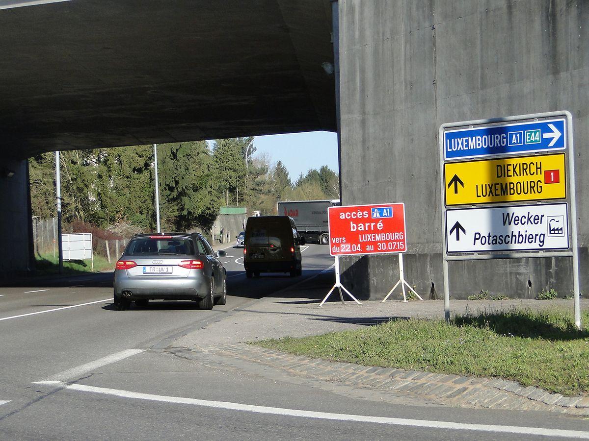Obwohl die Dauer der Baustelle offiziell bis Anfang Dezember kommuniziert wurde, stand das Straßenschild, das auf die Sperrung des Zubringers bis zum 30.07 hinwies, noch etliche Monate da. Bis es kürzlich entfernt wurde.