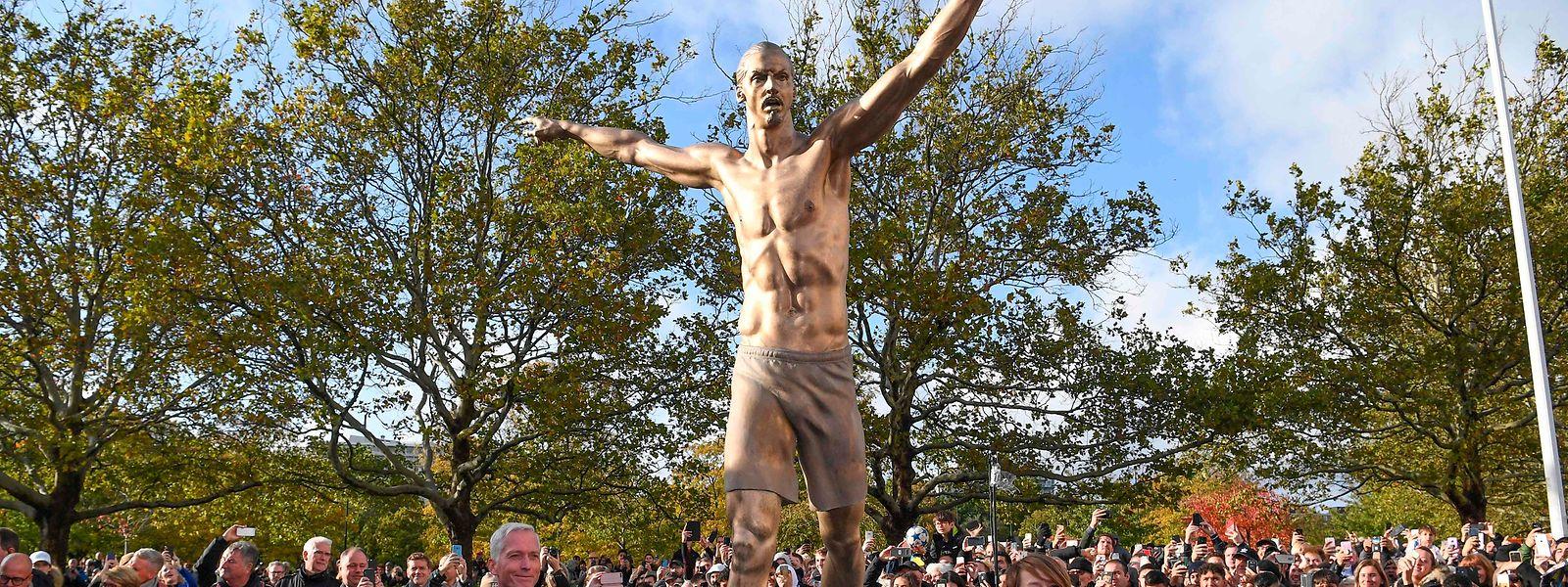 La statue de Zlatan fait 2,7 mètres de hauteur et pèse une demi-tonne