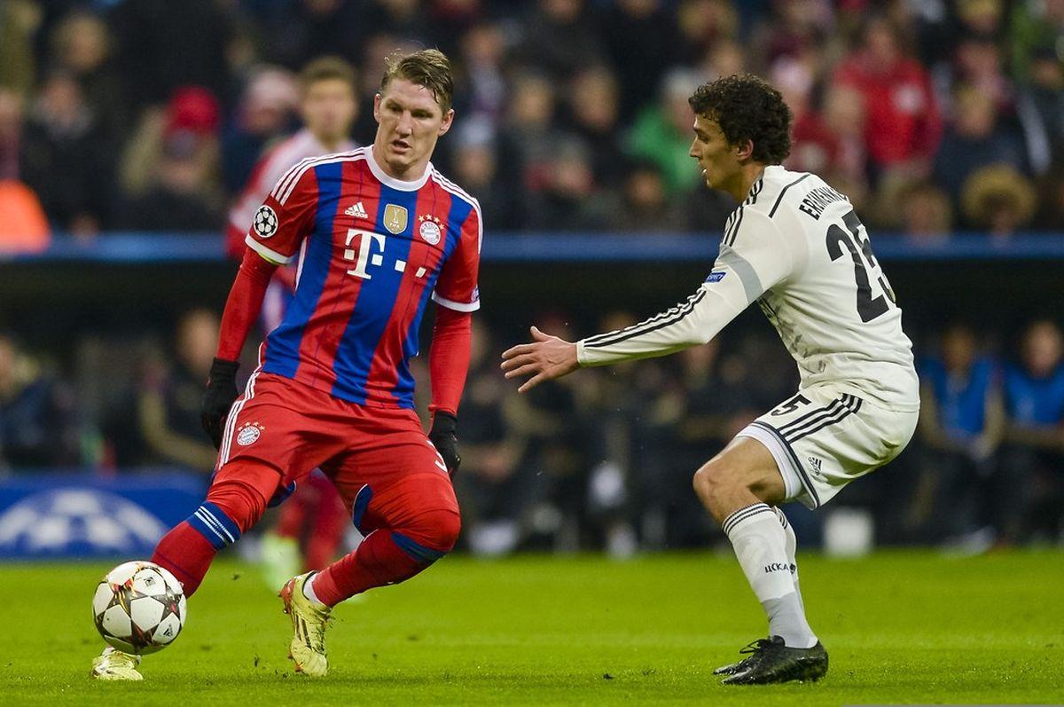 Bastian Schweinsteiger (Bayern) intervient devant le Finlandais du CSKA Moscou, Roman Eremenko