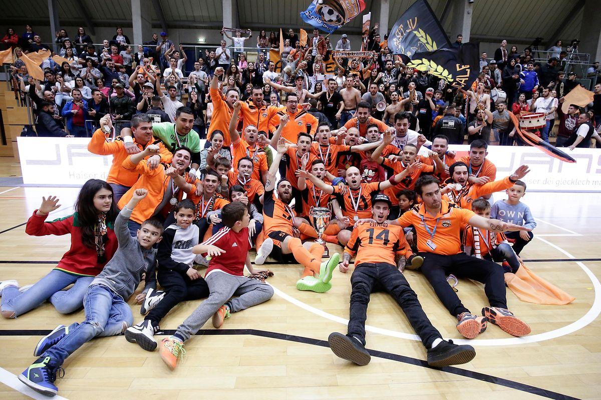 A festa da Amicale após uma vitória brilhante na Taça do Luxemburgo de Futsal