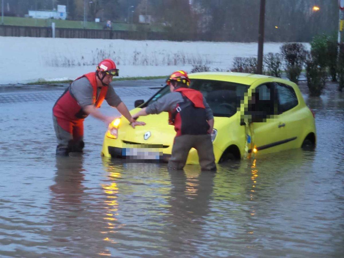 Die Feuerwehr musste die Fahrerin und ihren Wagen in Sicherheit bringen.