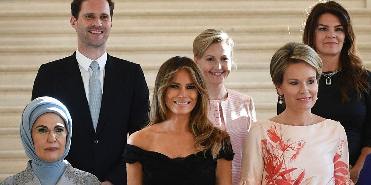 "Melania im Kreis der ""First Ladies"" beim Nato-Gipfel in Brüssel. Links Luxemburgs ""First Gentleman"" Gauthier Destenay."