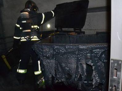 Les grandes poubelles noires ont littéralement fondu sous l'effet des fortes chaleurs.