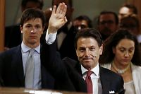 20.08.2019, Italien, Rom: Giuseppe Conte (M), Ministerpräsident von Italien, winkt als er den Senat verlässt. Der italienische Regierungschef Conte hat angesichts der Krise der Populisten-Koalition aus rechter Lega und Fünf-Sterne-Bewegung seinen Rücktritt eingereicht. Das erklärte das Büro von Staatspräsident Mattarella am Dienstagabend. Foto: Cecilia Fabiano/LaPresse via ZUMA Press/dpa +++ dpa-Bildfunk +++