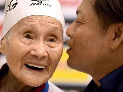 Mieko Nagaoka, 101 ans, écoute les conseils de son coach lors des Masters de natation du Japon, près de Tokyo.