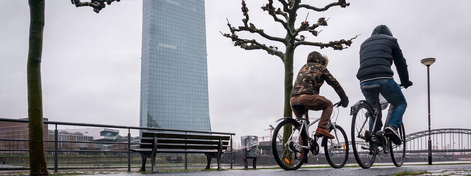 Die EZB hat ihren Sitz in Frankfurt.