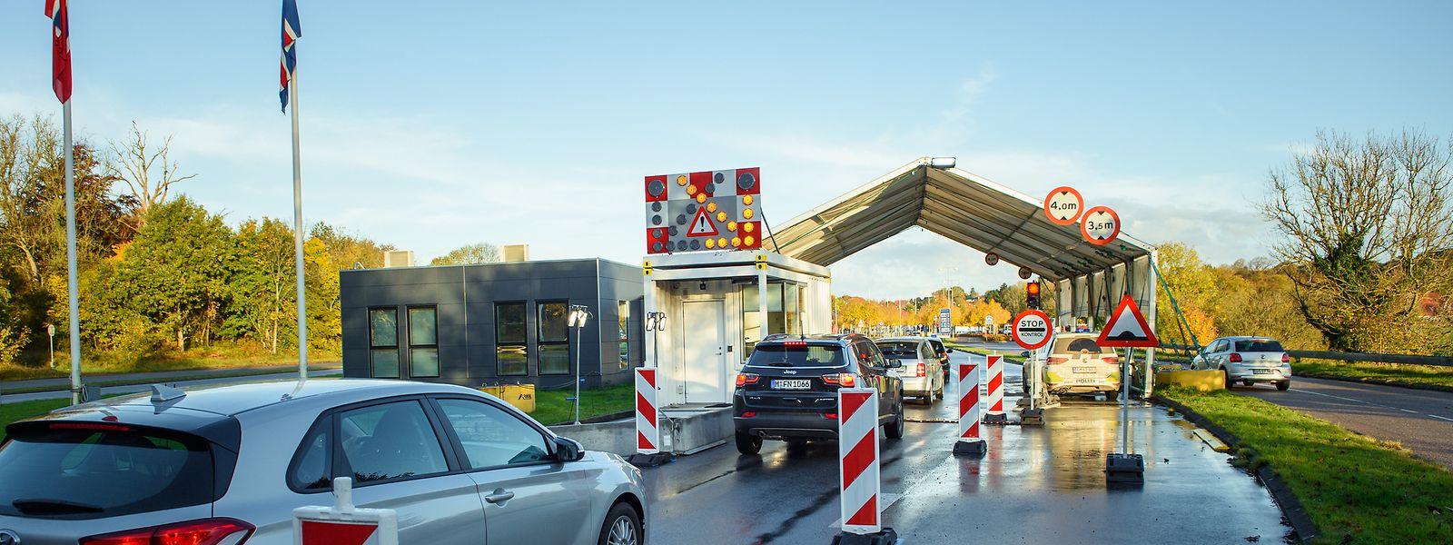 Fahrzeuge passieren den Grenzübergang in der Nähe von Flensburg nach Dänemark. Die Einreise von Deutschland nach Dänemark ist seit 24.10.2020, 0 Uhr, nur noch eingeschränkt möglich.