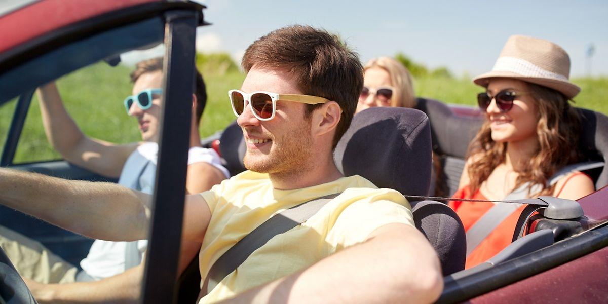 Eine Sonnenbrille verhindert nicht nur, dass Fahrer geblendet werden. Sie sorgt auch dafür, dass keine Insekten in die Augen geraten.