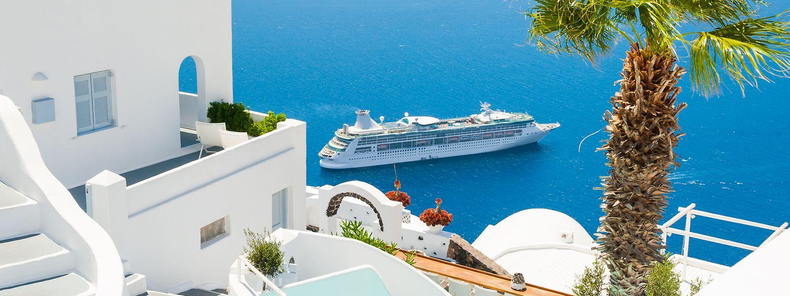 Kreuzfahrtriese vor der Insel Santorin: Bereits jetzt stoßen einige griechische Ferienorte an ihre infrastrukturellen Grenzen.