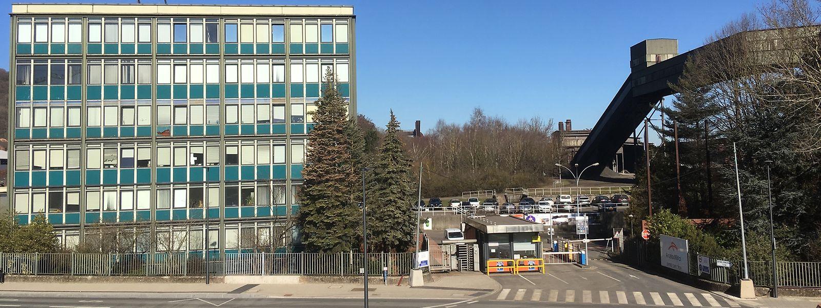 Das Direktionsgebäude von ArcelorMittal in Differdingen (l.) soll einem Parkhaus weichen.