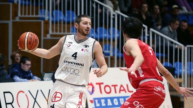 Basketball Total League Meisterschaft 2019-20 der Maenner zwischen dem T71 Dudelingen und dem Racing Luxemburg am 07.03.2020 Tom SCHUMACHER (4 T71) vor Gaetan BERNIMONT (6 Racing)