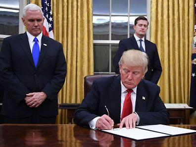 Le premier décret signé par Trump ordonne à son administration d'accorder le plus d'exemptions possibles à la réforme du système de santé de 2010, le fameux «Obamacare».
