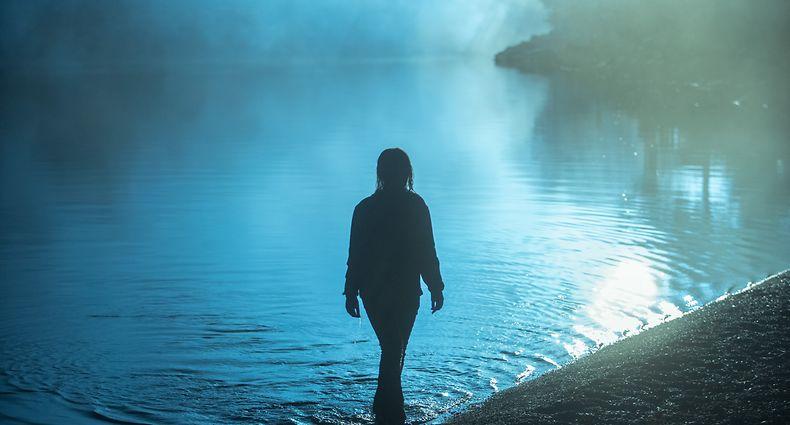 Der See des Ortes ist die tragisch-düstere Unheilskulisse der Serie.