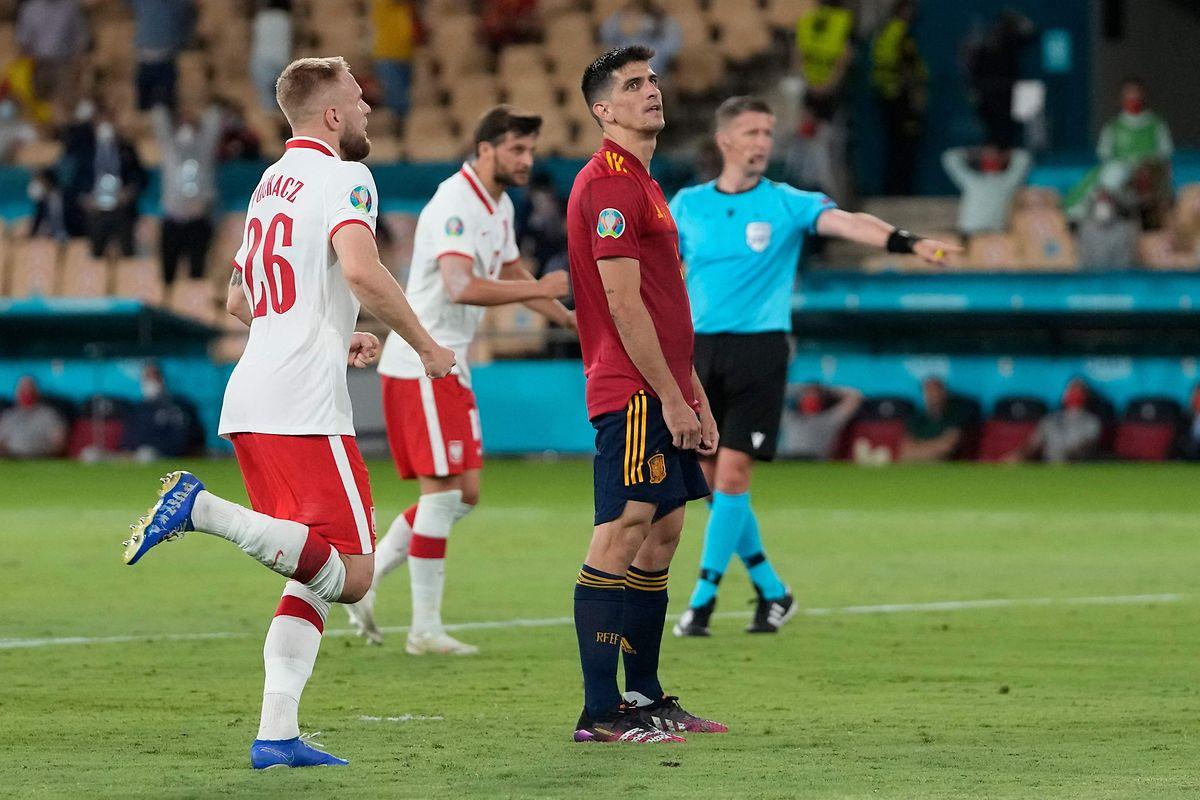 Spaniens Gerard Moreno scheitert bei seinem Elfmeter am Pfosten.