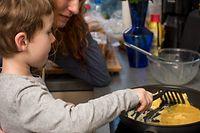 ILLUSTRATION - Zum Themendienst-Bericht vom 23. März 2020: Zu Hause gemeinsam kochen: In vielen Familien ist das Alltag. Dabei lassen sich Hygieneregeln gut an Kinder vermitteln. Foto: Christin Klose/dpa-tmn - ACHTUNG: Nur zur redaktionellen Verwendung im Zusammenhang mit dem genannten Text - Honorarfrei nur für Bezieher des dpa-Themendienstes +++ dpa-Themendienst +++