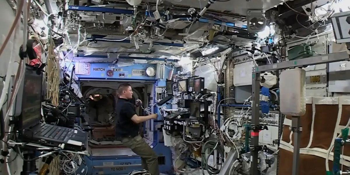 Nasa-Astronaut Kjell Lindgren sicherte vor wenigen Tagen den privaten Cygnus-Frachter nach seiner Ankunft an der ISS.