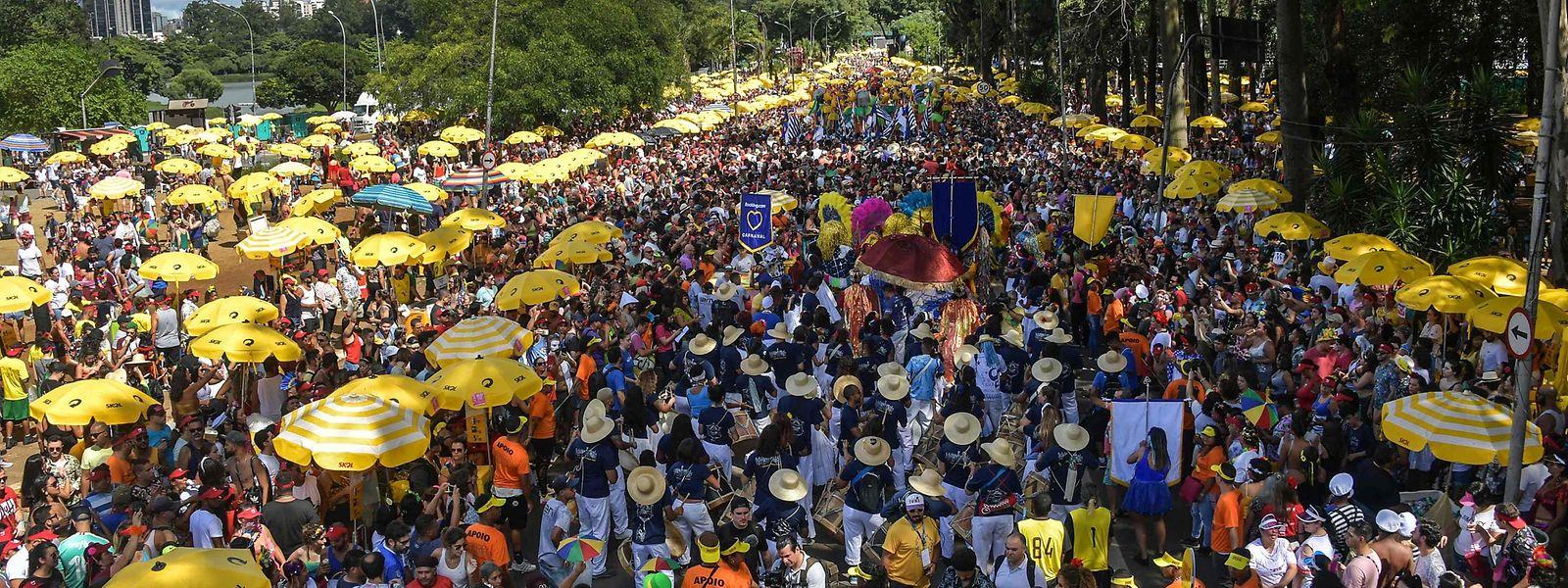 In São Paulo fand am Dienstag die traditionelle Karnevalsparade statt. Am Mittwoch bestimmte das Corona-Virus die Schlagzeilen.
