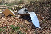 Ein Spaziergänger fand eine defekte Waschmaschine, ein Bügelbrett und die Möbel einer Sitzecke im Wald.
