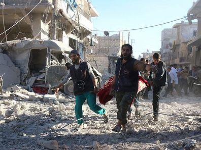 """Environ 250.000 personnes, dont 100.000 enfants, vivent dans les quartiers tenus par les insurgés et subissent, selon l'ONU, """"la plus grave catastrophe humanitaire jamais vue en Syrie""""."""