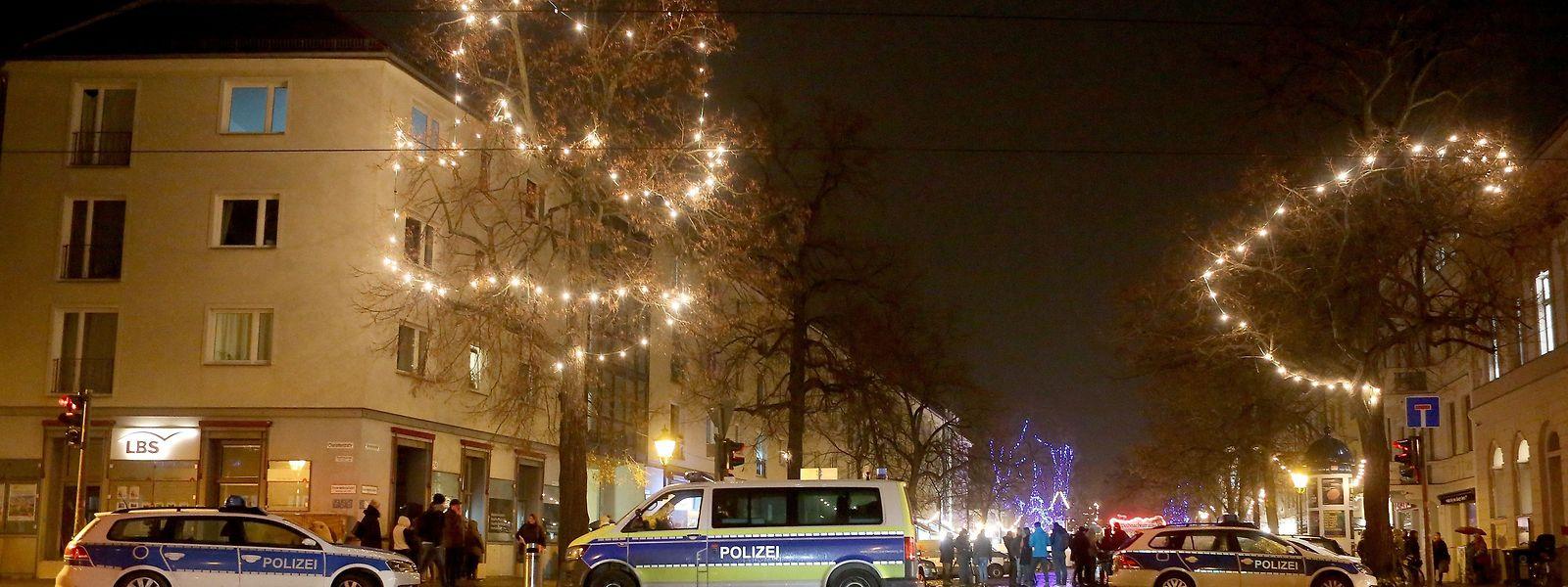 Nach dem Bombenalarm sperrte die Potsdamer Polizei den Weihnachtsmarkt ab.