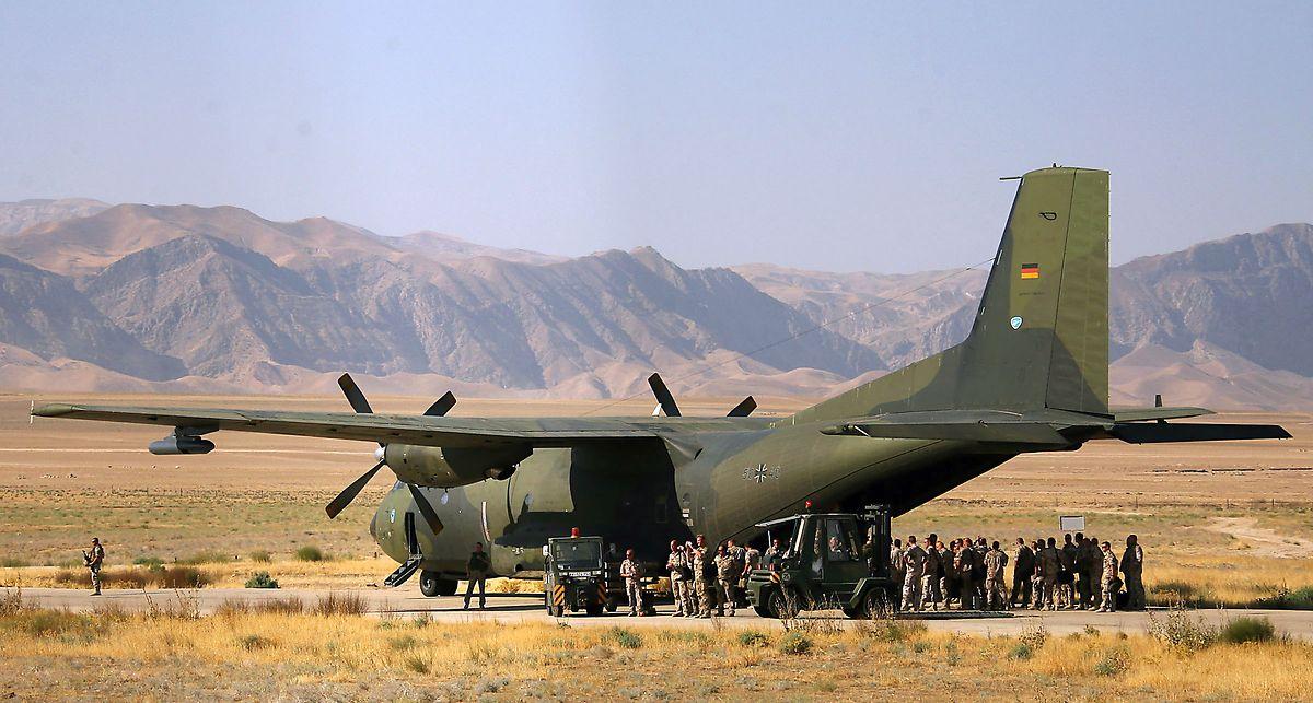 Archivfoto aus dem Jahr 2006: Deutsche Soldaten besteigen auf dem Flugplatz in Masar-i-Scharif in Afghanistan eine Transall der Bundeswehr.